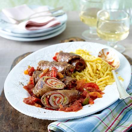 Kalbsrouladen mit Paprika-Tomaten-Soße und Spätzle Rezept