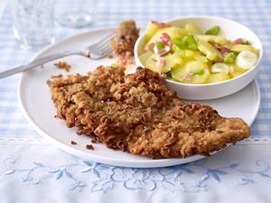 Kalbsschnitzel mit Röstzwiebel-Senfkörner-Panade zu Kartoffelsalat Rezept