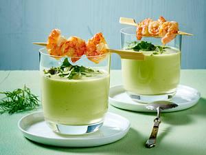 Kalte Avocadosuppe mit Garnelenspießen Rezept