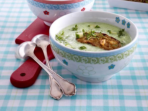 Kalte Gurkensuppe mit Zwiebelbrötchen Rezept