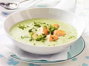 Kalte Joghurt-Gurkensuppe mit Lachs Rezept