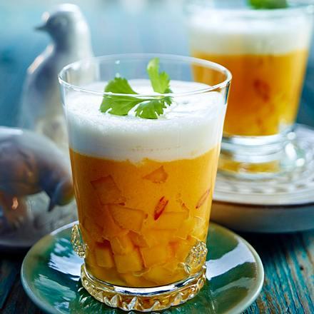 Kalte oder warme Möhren-Mango-Suppe mit Cremehaube Rezept