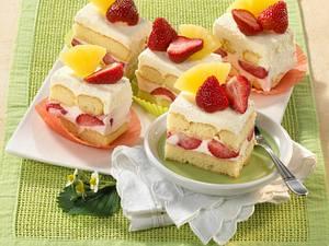 Kalte Quark-Tiramisu-Torte mit Ananas und Erdbeeren Rezept