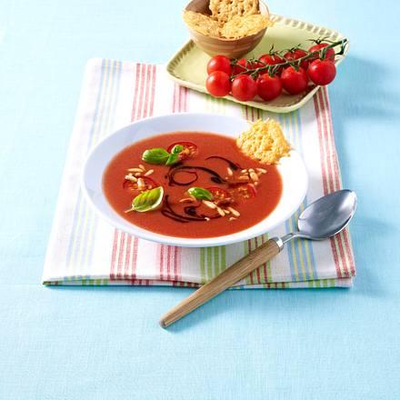 Kalte Tomatensuppe mit Parmesanchips, Pinienkernen und Balsamico Rezept