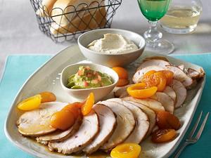 Kalter Putenbraten mit karamellisieren Aprikosen, Tomaten-Avocado-Dip und Schmand-Senf-Dip Rezept