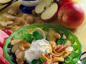 Karamellisierte Apfelspalten mit Krokantmandeln Rezept