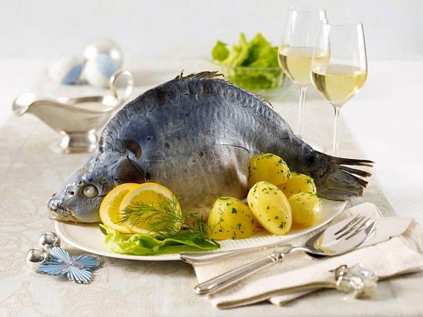 Karpfen blau mit Meerrettichsoße, Petersilienkartoffeln und Blattsalat Rezept
