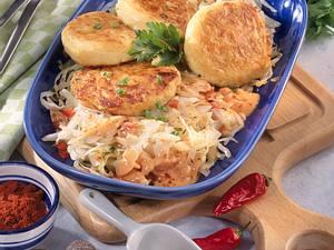 Kartoffel-Buletten auf Weißkohl-Gemüse Rezept