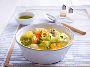 Kartoffel-Gemüse-Eintopf mit Brätbällchen Rezept
