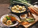 Kartoffel-Gemüseknödel mit knusprigen Entenkeulen Rezept
