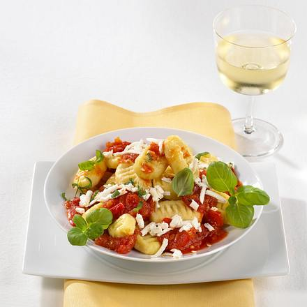 Kartoffel-Gnocchi in Tomatensoße mit Ricotta und Basilikum Rezept