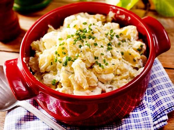 Kartoffel-Gurken-Salat mit Saure-Sahne-Soße Rezept