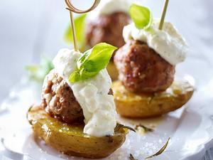 Kartoffel-Hackpralinen mit Kräuter-Knoblauch-Dip Rezept