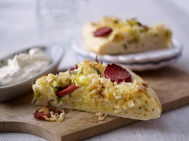 Kartoffel-Kuchen mit Sauerkraut und Kabanossi Rezept