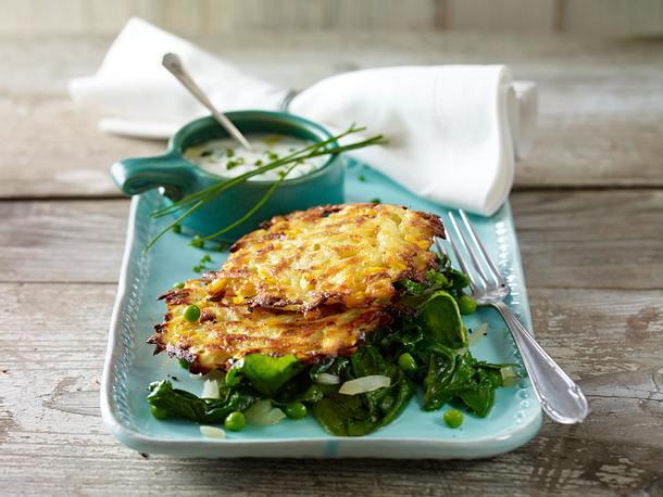 Kartoffel-Mais-Puffer auf Spinat-Erbsen-Gemüse Rezept