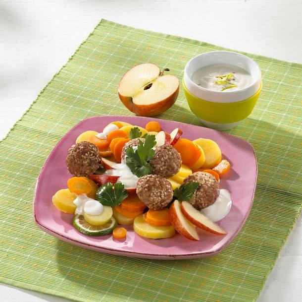 Kartoffel-Möhren-Petersilien-Salat mit Hackbällchen in Joghurt-Soße Rezept