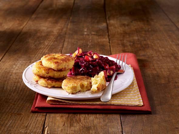 Kartoffel-Pastinaken-Plätzchen auf Apfel-Rotkohl Rezept