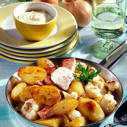 Kartoffel-Pfanne mit Leberkäse, Blumenkohl und Senf-Schmand-Dip Rezept
