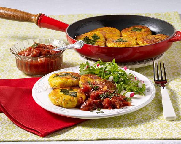 Kartoffel-Quark-Bratlinge mit Tomatensoße und Salat Rezept