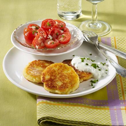 Kartoffel-Quark-Plinsen mit Schnittlauchdip und Tomatensalat Rezept