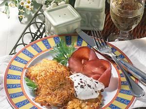 Kartoffel-Sauerkraut-Puffer mit Wacholder Creme fraiche Rezept