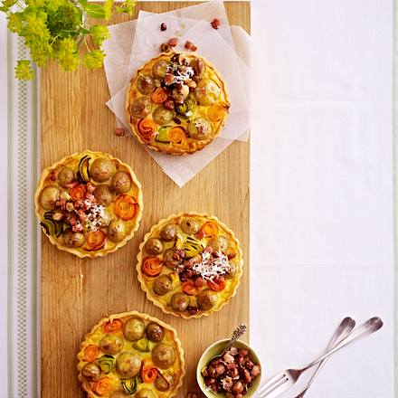 Kartoffel-Tarteletts mit Lauch, Möhren und Speck-Nuss-Bröseln Rezept