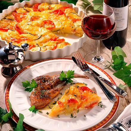 Kartoffel-Tomaten-Zucchini-Gratin mit Lammstiel-Koteletts Rezept