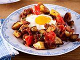Kartoffel-Wurst-Gröstl mit Spiegelei Rezept