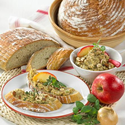 Kartoffelbrot mit Apfel-Zwiebel-Haselnuss-Aufstrich Rezept
