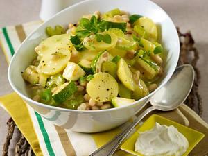Kartoffelgulasch mit weißen Bohnen, Zucchini und Staudensellerie Rezept