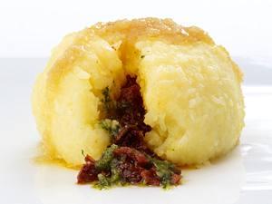 Kartoffelknödel mit getrockneten Tomaten und grünem Pesto Rezept