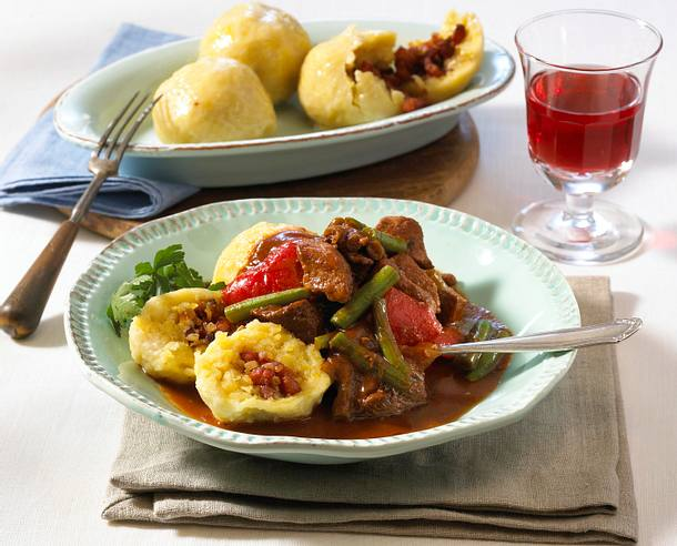 Kartoffelknödel mit Paprika-Bohnen-Gulasch Rezept