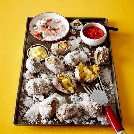Kartoffeln in Salzkruste mit Dips und Knoblauchbutter Rezept