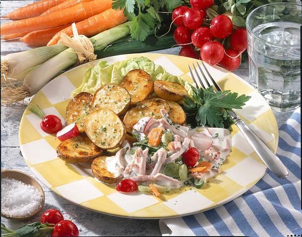 Kartoffeln vom Blech mit feinem Fleischsalat Rezept