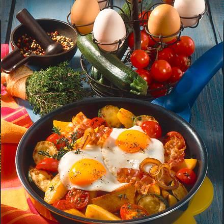 Kartoffelpfanne mit Gemüse und Spiegelei Rezept
