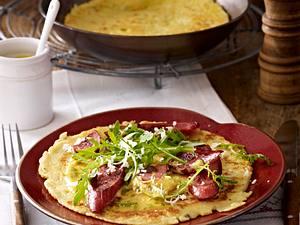Kartoffelpfannkuchen mit Senfcreme und Kabanossi Rezept