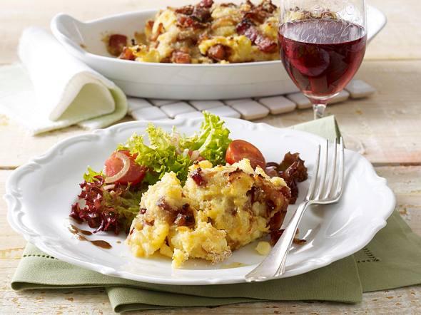Kartoffelpüree-Auflauf mit Speck und Zwiebel zu Salat Rezept