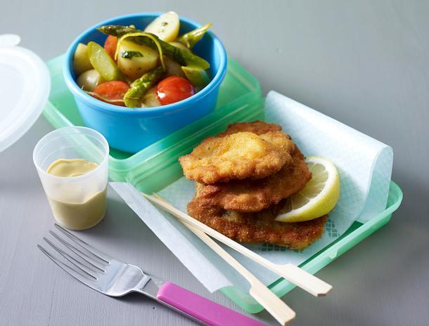 Kartoffelsalat mit Basilikum-Zitronen-Vinaigrette zu kleinen Wiener Schnitzeln Rezept