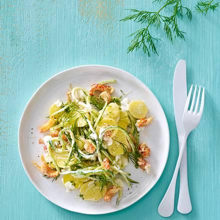 Kartoffelsalat mit Flusskrebsen, dünnen Gurkenstreifen und Meerrettich-Dressing Rezept