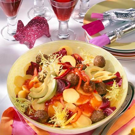 Kartoffelsalat mit Hackbällchen, Avocado und Paprika mit Salsa-Vinaigrette Rezept