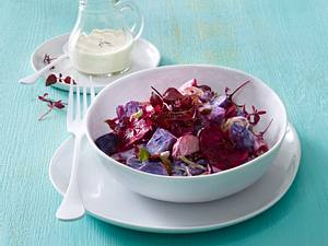 Kartoffelsalat mit Roter Bete, Lauchzwiebelstreifen und saure Sahne-Dressing und roter Shiso-Kresse Rezept