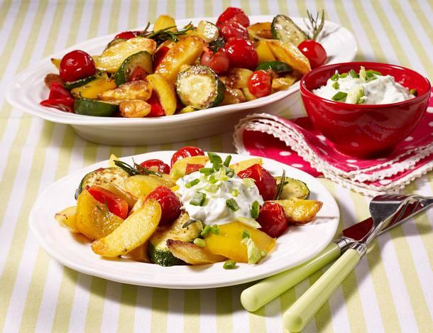 Kartoffelspalten und Gemüse vom Blech mit Quark-Dip Rezept
