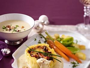 Kartoffelteigrolle mit winterlichem Gemüse und Käsesoße Rezept