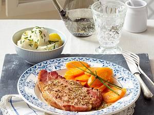 Kasseler-Koteletts mit Béchamelkartoffeln und Möhren Rezept