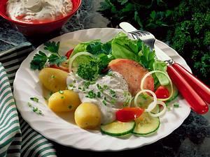 Kasseler mit Pellkartoffeln, Salat und Joghurtcreme Rezept