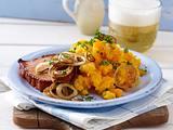 Kasseler-Steak mit gebratenen Zwiebelringen und Möhrenstampf Rezept