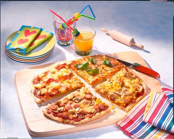 Kinder Pizza vom Blech mit vier Belägen Rezept