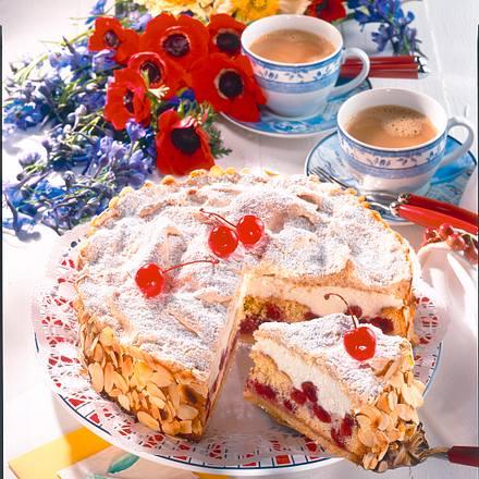 Kirsch-Sahne-Torte mit Mandel-Baiser Rezept