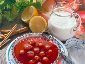 Kirschgelee mit Joghurt-Soße Rezept