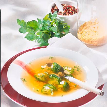 Klare Brühe mit Nudeln und Broccoli Rezept
